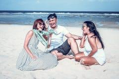Grupo de amigos multirraciales que se divierten en la playa de la isla tropical de Bali, Indonesia Imagen de archivo libre de regalías
