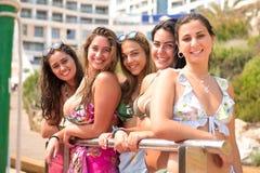 Grupo de amigos na praia fotografia de stock royalty free