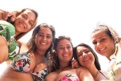 Grupo de amigos na praia foto de stock