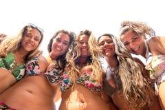 Grupo de amigos na praia fotografia de stock