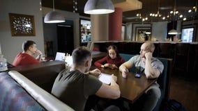 Grupo de amigos no café usando dispositivos filme