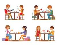 Grupo de amigos no café Fala nova dos amigos amigável na cafetaria ao beber o café quente e ao usar o portátil, vetor Fotografia de Stock Royalty Free