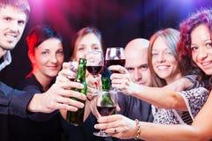 Grupo de amigos novos bonitos no clube noturno. imagem de stock royalty free