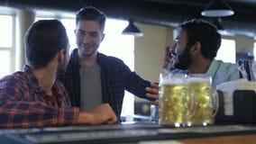 Grupo de amigos novos felizes que bebem a cerveja filme
