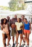 Grupo de amigos novos que jogam o fósforo de basquetebol Fotos de Stock Royalty Free