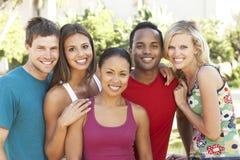 Grupo de amigos novos que têm o divertimento junto Imagem de Stock