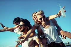 Grupo de amigos novos que t?m o divertimento junto fotos de stock royalty free