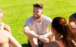 Grupo de amigos o de deportistas felices al aire libre Imagen de archivo
