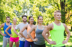Grupo de amigos o de deportistas felices al aire libre Imagenes de archivo