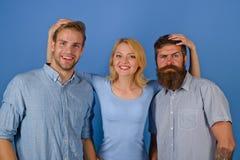Grupo de amigos ou grupo de empregados Equipe do negócio Equipe nova no fundo azul isolado partida imagens de stock