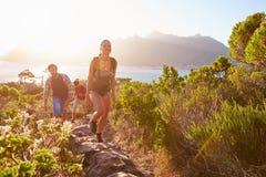 Grupo de amigos que andam ao longo do trajeto litoral junto imagens de stock royalty free