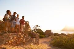 Grupo de amigos que andam ao longo do trajeto litoral junto fotografia de stock royalty free