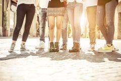 Grupo de amigos que andam no centro da cidade Fotos de Stock Royalty Free