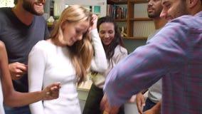 Grupo de amigos que apreciam o partido e que dançam em casa vídeos de arquivo