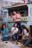 Grupo de amigos que bebem a cerveja ao ter o almoço Foto de Stock Royalty Free