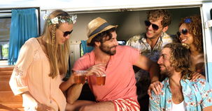 Grupo de amigos que beben un poco de cerveza y que se sientan en la furgoneta metrajes