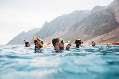 Grupo de amigos que bucean en un mar Foto de archivo libre de regalías