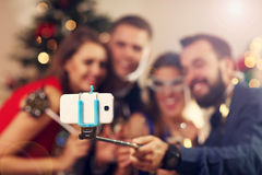 Grupo de amigos que celebran Año Nuevo imagen de archivo