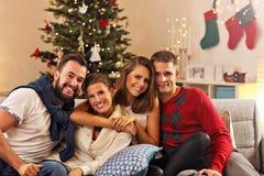 Grupo de amigos que celebran la Navidad imagenes de archivo