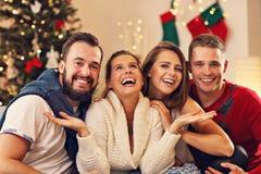 Grupo de amigos que celebran la Navidad imágenes de archivo libres de regalías
