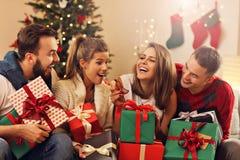 Grupo de amigos que celebran la Navidad fotografía de archivo