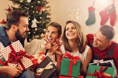 Grupo de amigos que celebran la Navidad foto de archivo