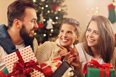 Grupo de amigos que celebran la Navidad fotos de archivo libres de regalías