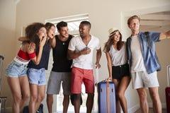Grupo de amigos que chegam no arrendamento das férias de verão foto de stock