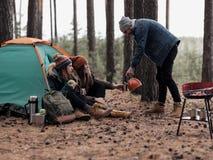 Grupo de amigos que comem o chá no acampamento fotografia de stock royalty free