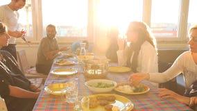 Grupo de amigos que comen el almuerzo en casa metrajes