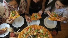 Grupo de amigos que comen la pizza