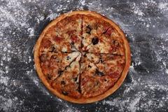 Grupo de amigos que comen la pizza Imagen de archivo libre de regalías