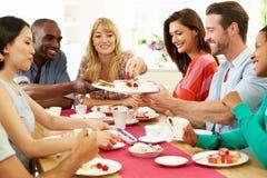 Grupo de amigos que comen queso y café en el partido de cena Fotos de archivo libres de regalías