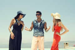 Grupo de amigos que conversam e que têm o divertimento na associação Foto de Stock Royalty Free