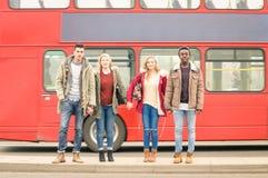 Grupo de amigos que cruzan el camino en la ciudad de Londres Foto de archivo libre de regalías