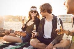 Grupo de amigos que cuelgan hacia fuera con la cerveza Foto de archivo libre de regalías