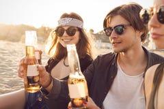 Grupo de amigos que cuelgan hacia fuera con la cerveza Imágenes de archivo libres de regalías