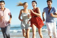 Grupo de amigos que disfrutan de día de fiesta de la playa Foto de archivo libre de regalías