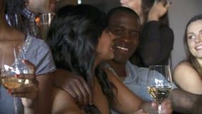 Grupo de amigos que disfrutan de la bebida en la barra junto metrajes