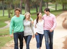 Grupo de amigos que disfrutan de la caminata en parque Foto de archivo