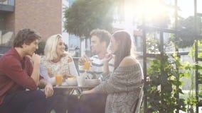 Grupo de amigos que disfrutan de su tiempo en el partido al aire libre en patio trasero metrajes