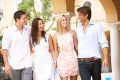 Grupo de amigos que disfrutan de viaje de las compras Fotografía de archivo libre de regalías
