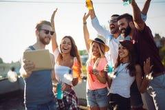 Grupo de amigos que disfrutan del partido imagen de archivo libre de regalías