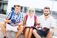 Grupo de amigos que estudian en el campus Fotografía de archivo libre de regalías
