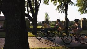 Grupo de amigos que gozan que completa un ciclo en parque almacen de video