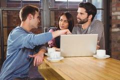Grupo de amigos que gozan de un café imágenes de archivo libres de regalías
