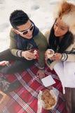 Grupo de amigos que gozan en la nieve en invierno Imagen de archivo libre de regalías