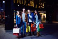 Grupo de amigos que gozan que hace compras Imagenes de archivo