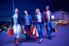 Grupo de amigos que gozan que hace compras Fotografía de archivo