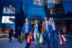 Grupo de amigos que gozan que hace compras Foto de archivo libre de regalías